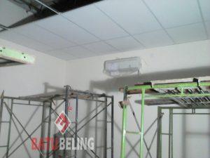 Proses Pemasangan Plafon Akustik di Petrokimia Gresik