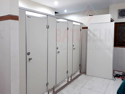 Cubicle Toilet di Universitas Airlangga Surabaya